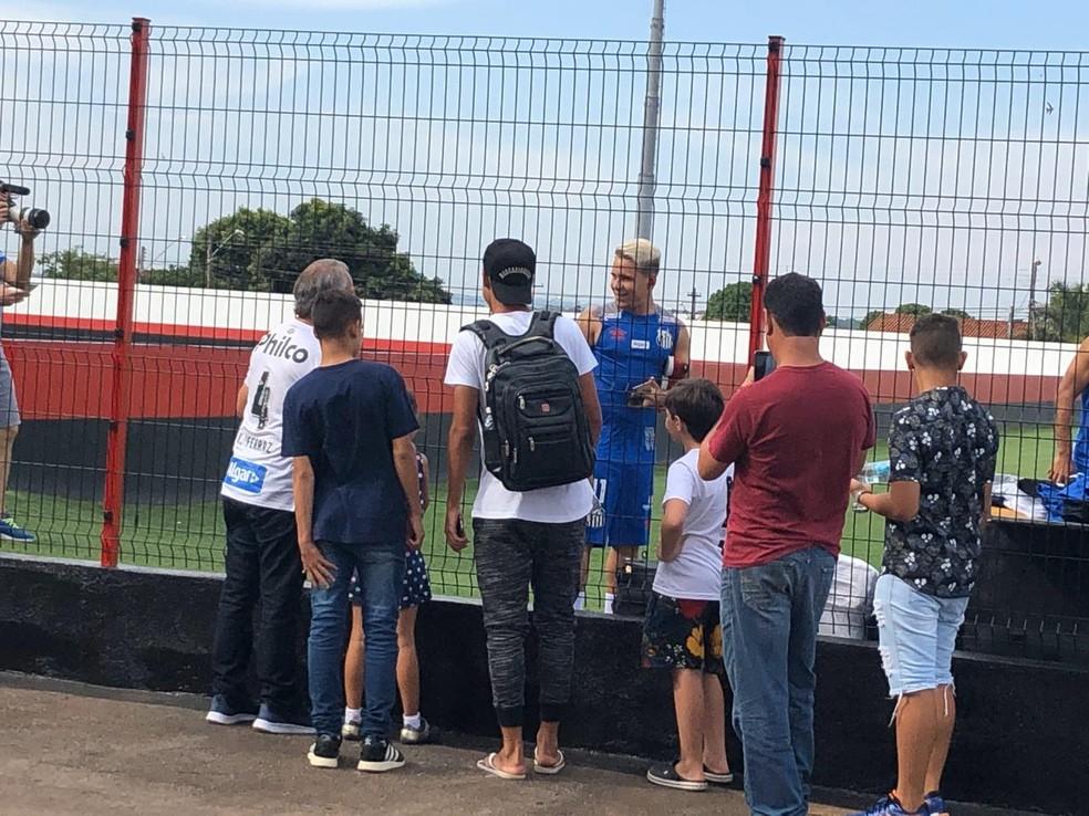 Torcedores do Santos marcam presença em treino do Peixe em Goiânia — Foto: Laura Fonseca