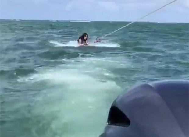 Maisa Silva leva caldo ao praticar wakeboard (Foto: Reprodução/Twitter)