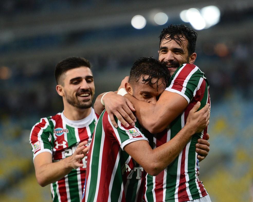 Gustavo Scarpa abraça Henrique Dourado (Foto: André Durão)