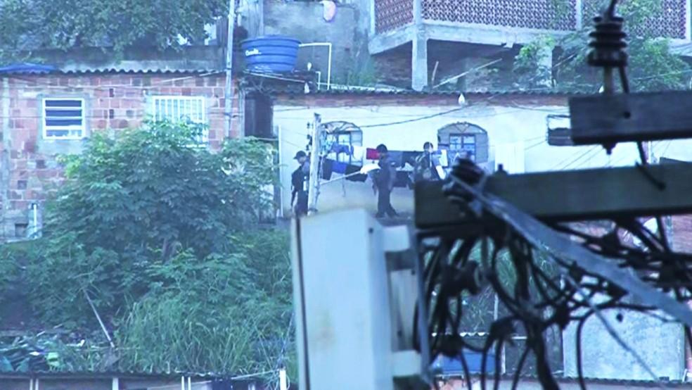 Policiais realizam operação na comunidade do Cavalão, Zona Sul do Rio (Foto: Miguel Folco)