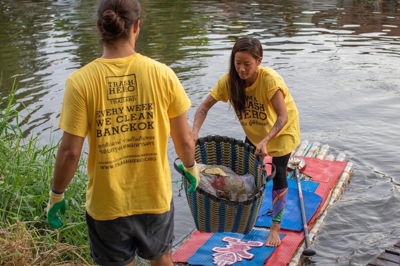 - trahs hero - Com pranchas de surfe, voluntários recolhem plástico nos canais de Bangcoc