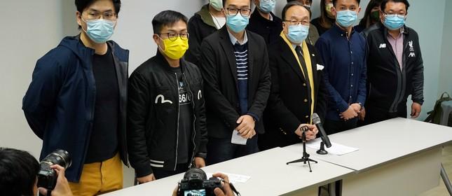 Membros do partido pró-democracia participam de entrevista coletiva depois que 53 ativistas de Hong Kong foram presos sob a LSN em Hong Kong, China