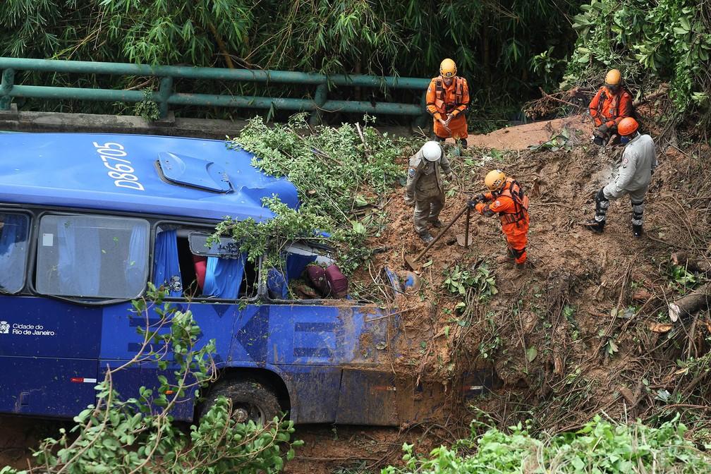 Bombeiros trabalham em busca de desaparecido em ônibus que foi atingido pela queda de uma barreira na Avenida Niemeyer, próximo ao Vidigal, na zona sul do Rio de Janeiro — Foto: Wilton Junior/Estadão Conteúdo