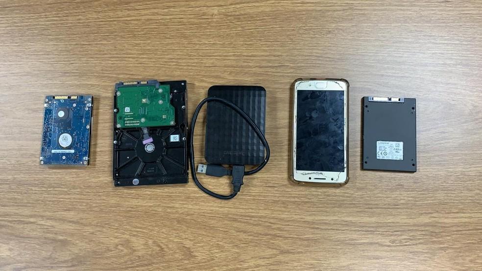 Os policiais apreenderam um celular e outros equipamentos durante a prisão em flagrante do suspeito de transmitir imagens de pornografia infantojuvenil — Foto: Isaac Macêdo