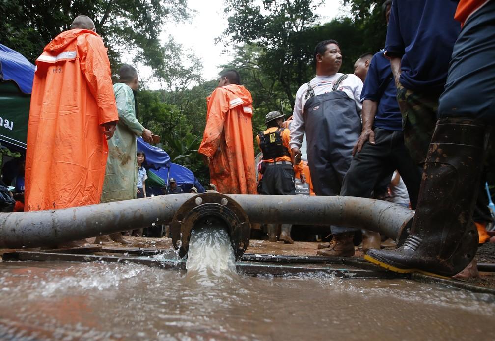 Água é bombeada de caverna inundada onde grupo de meninos e treinador estão presos em Mae Sai, na Tailândia (Foto: AP Photo/Sakchai Lalit)