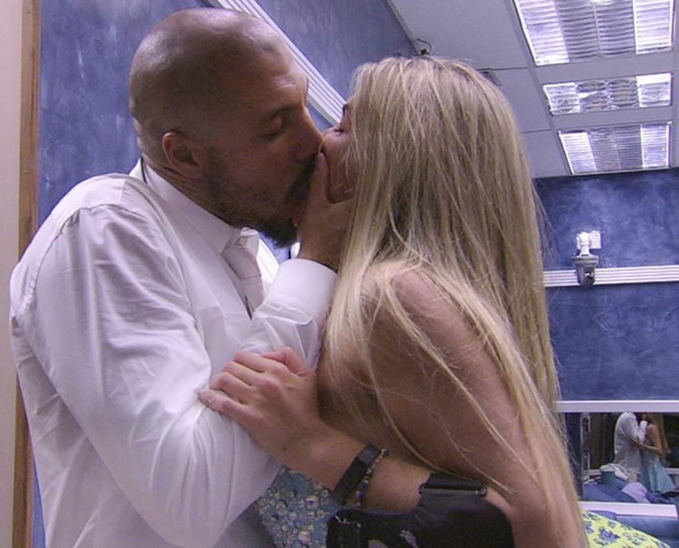 Fernando e Aline se beijam BBB 15 — Foto: TV Globo