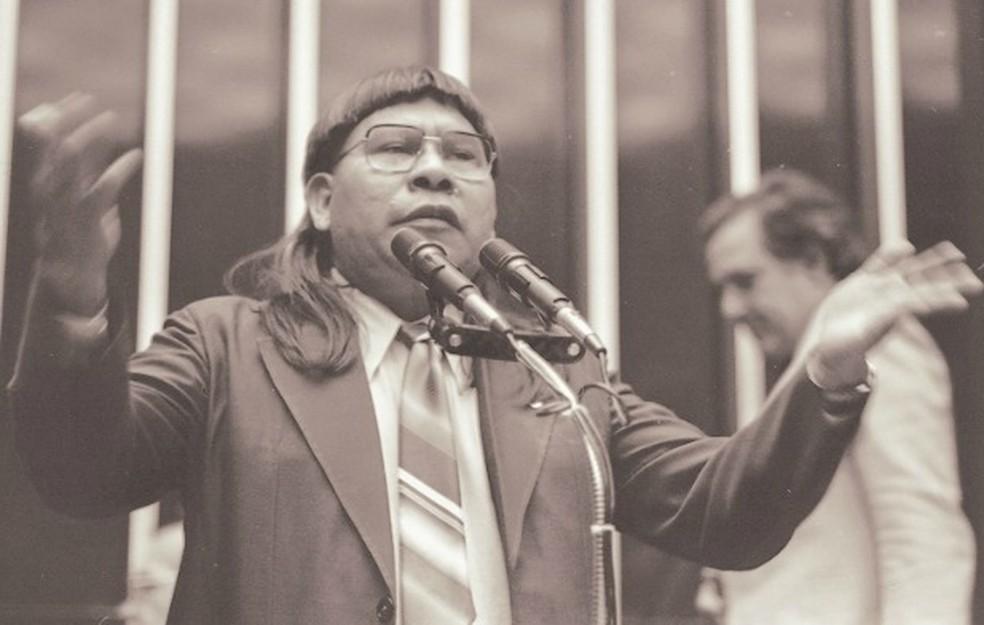 Nascido em aldeia próxima a Barra do Garças (MT), o cacique xavante Mário Juruna foi o primeiro parlamentar índio na Câmara dos Deputados, eleito pelo estado do Rio de Janeiro. (Foto: Acervo / Câmara dos Deputados)