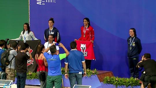 Com melhor tempo do mundo, Etiene Medeiros é ouro nos 50m costas no Maria Lenk