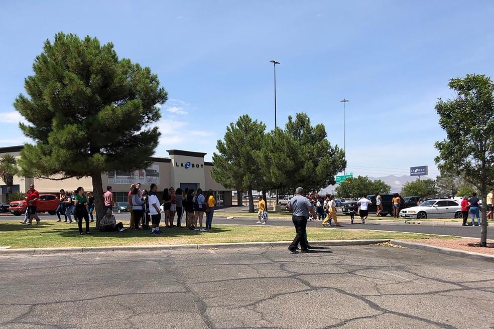 Pessoas ficam do lado de fora de cerntro comercial em El Paso, no Texas, enquanto polícia atende ocorrência de tiroteio — Foto: KTSM 9 news Channel / AFP