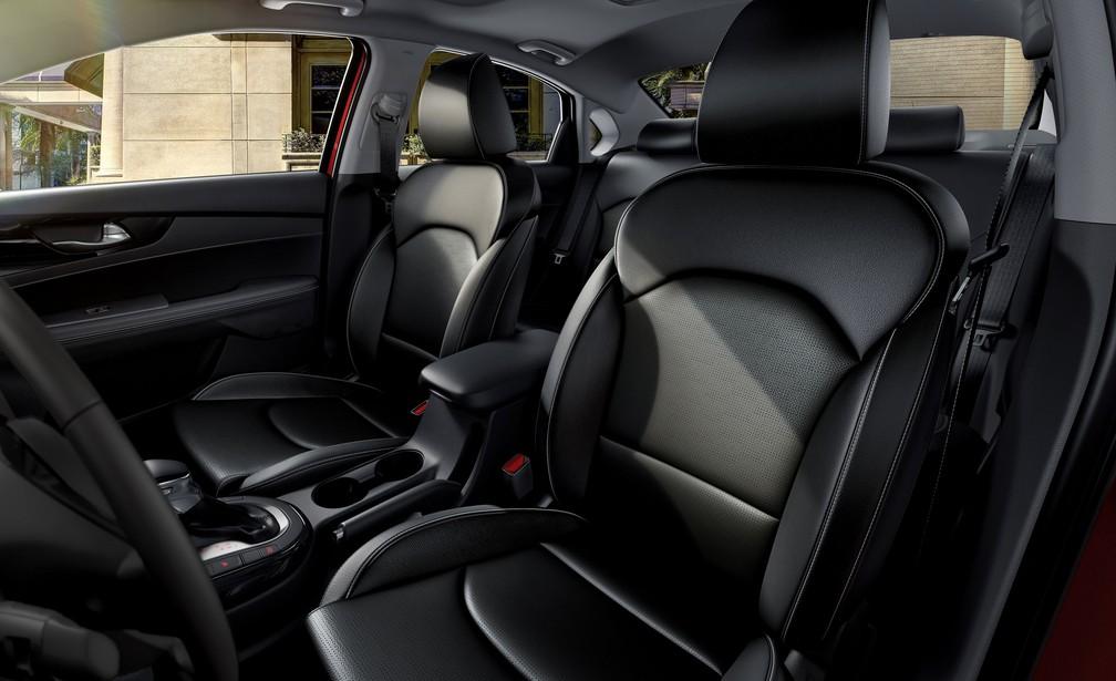 Versão topo de linha, SX, tem bancos de couro e 6 airbags — Foto: Divulgação/Kia