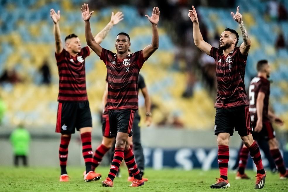Lucas Silva comemora ao lado de Pará - jogador entrou e sofreu o pênalti no fim — Foto: Jorge R Jorge/BP Filmes