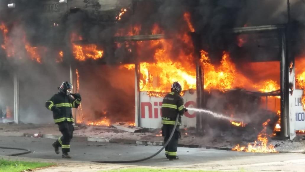 Incêndio destrói duas lojas e deixa um homem ferido na Vila Pompéia, em Campinas - Radio Evangelho Gospel