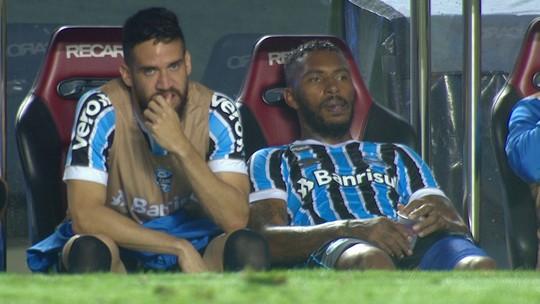 """Com Léo Moura de """"curinga"""", reservas do Grêmio treinam sem Leonardo e Luan"""