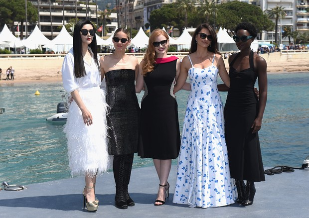 "CANNES, FRANCE - MAY 10:  Actresses Fan Bingbing, Marion Cotillard, Jessica Chastain, Penelope Cruz and Lupita Nyong'o attend the photocall for ""355"" during the 71st annual Cannes Film Festival at Majestic Beach Pier on May 10, 2018 in Cannes, France.  (P (Foto: Getty Images)"