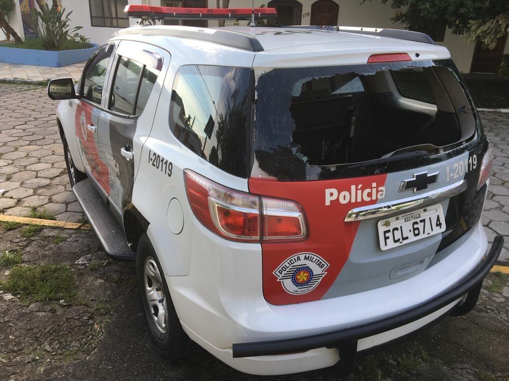 Detido estoura vidro de viatura da PM com cabeçada para tentar fugir em São Sebastião