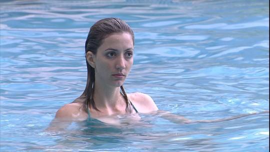 William e Fernanda brincam na piscina e candidata reclama de água no rosto