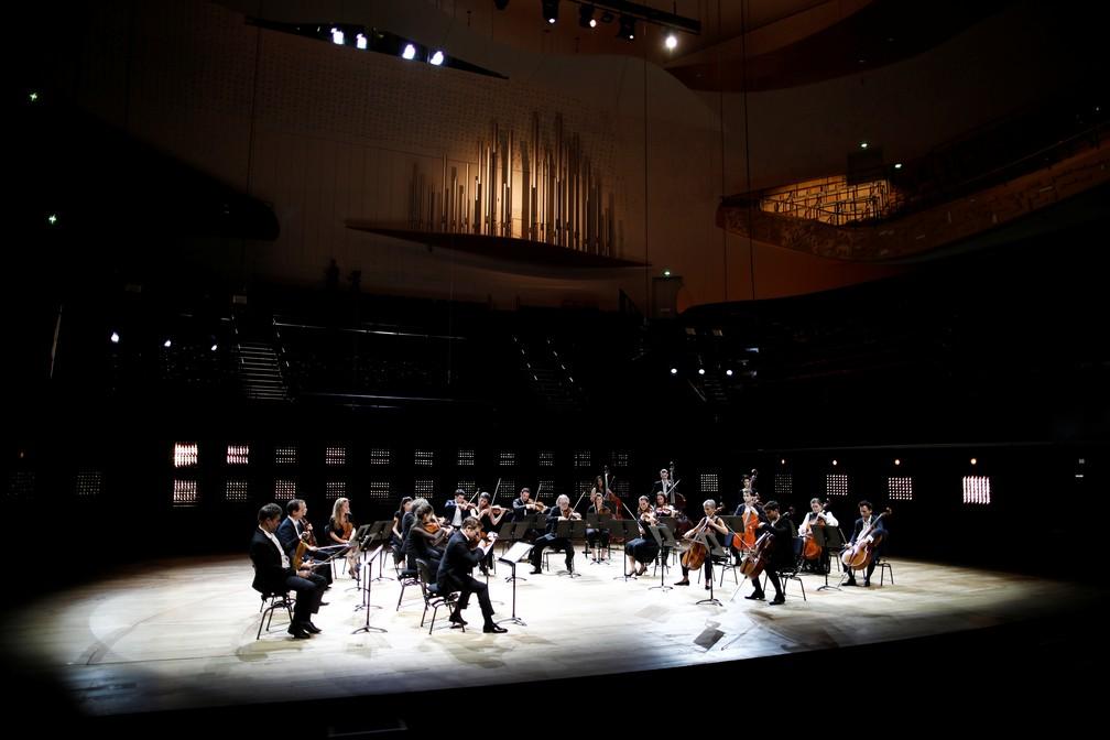 Violinista Renaud Capucon e músicos se apresentam na sala Pierre Boulez vazia em retomada de atividades na França após lockdown para conter coronavírus — Foto: REUTERS/Benoit Tessier