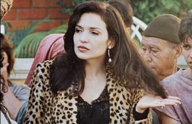 Scarlet, a personagem de Luiza Tomé em 'A Indomada' (1997), ficava completamente alterada em noites de lua cheia. Ela saía pelas ruas sem roupa e uivava (Foto: TV Globo)