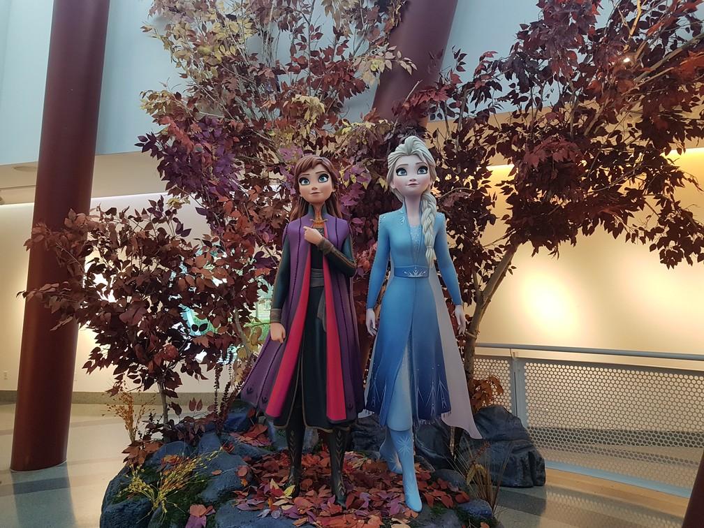 Estúdios Disney em Los Angeles receberam bonecos em tamanhos real das princesas Anna e Elsa antes do lançamento de 'Frozen 2' — Foto: Gabriela Sarmento/G1