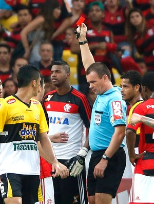 Felipe cartão vermelho jogo Flamengo contra Criciúma (Foto: Ivo Gonzalez / Agencia O Globo)