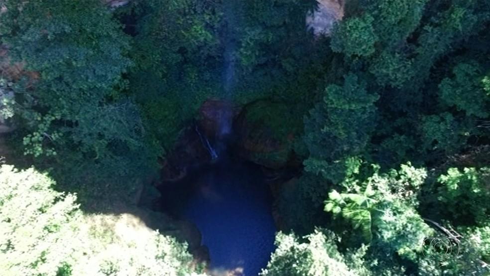 Santa Bárbara é o nome do raicho que forma e batiza cachoeira— Foto: TV Anhanguera/ Reprodução