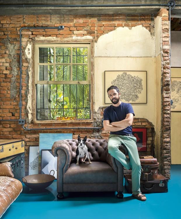 O designer Sergio Cabral em sua casa, que ilustra nossa edição de aniversário (Foto: Christian Maldonado/Editora Globo)