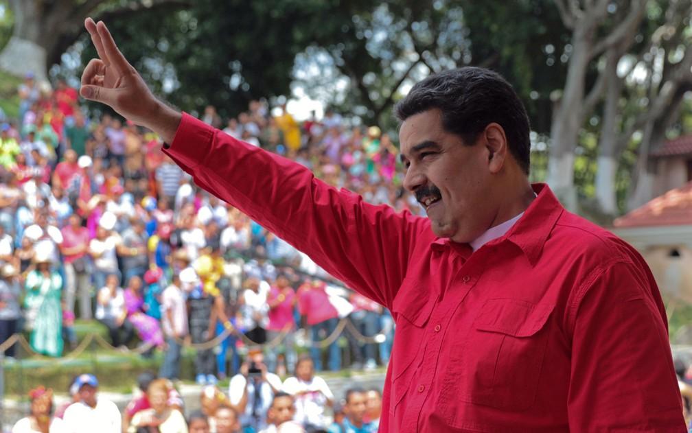 O presidente venezuelano Nicolás Maduro acena para apoiadores durante encontro no palácio presidencial Miraflores na quinta-feira (12) (Foto: HO/Venezuelan Presidency/AFP)