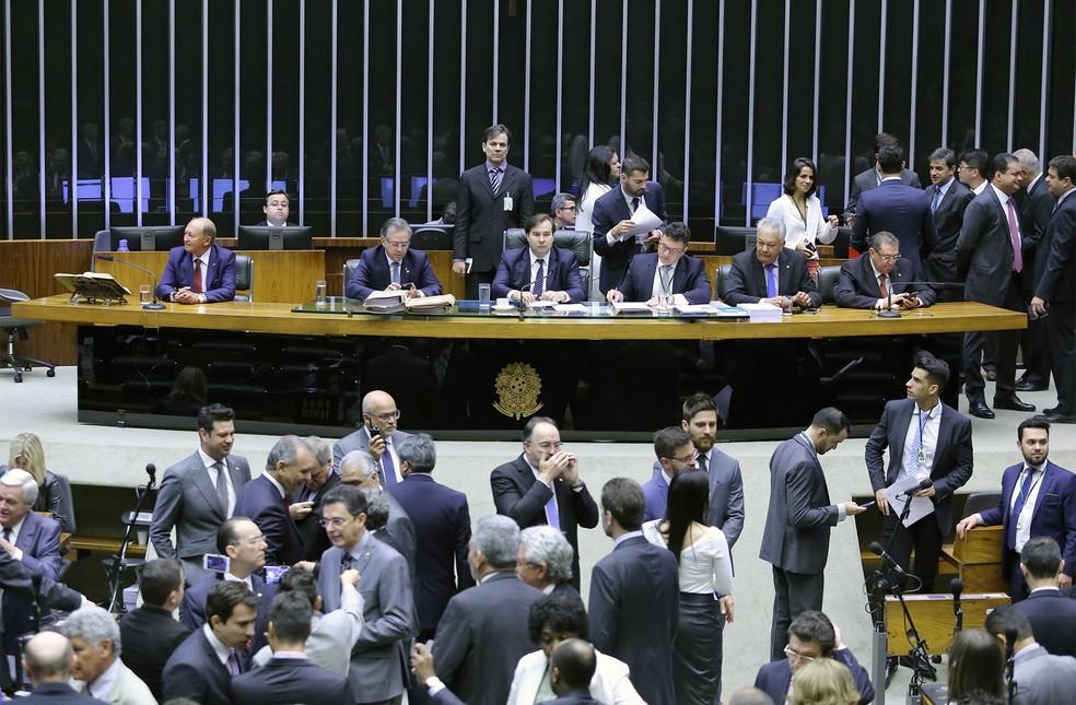 Deputados após início da sessão que analisa e vota a denúncia contra o presidente Michel Temer no plenário da Câmara, em Brasília (Foto: Antonio Augusto/Câmara dos Deputados)