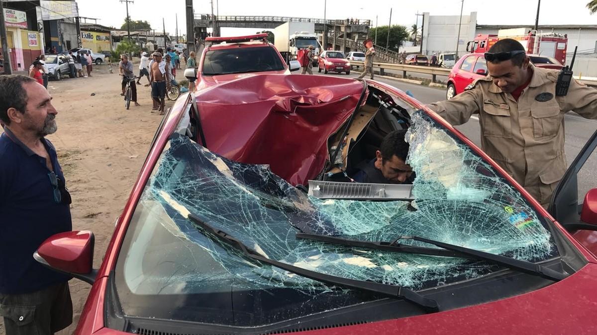 Homem cai de passarela em cima de carro, na BR-230, em João Pessoa