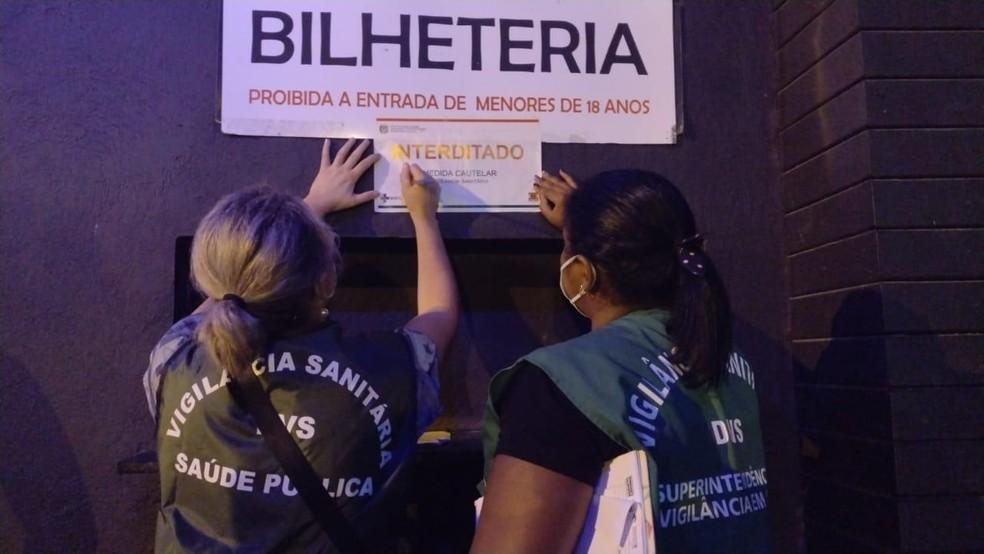 Pelo menos quatro festas foram encerradas pela fiscalização de Balneário Camboriú durante o domingo de carnaval — Foto: Prefeitura de Balneário Camboriú/Divulgação