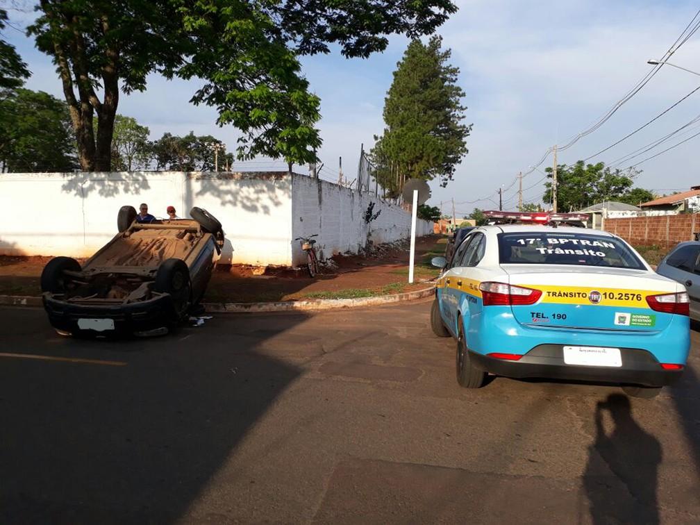 Veículo tombado e viatura do BPTran no local do acidente (Foto: Jeferson Ageitos/TV Morena)