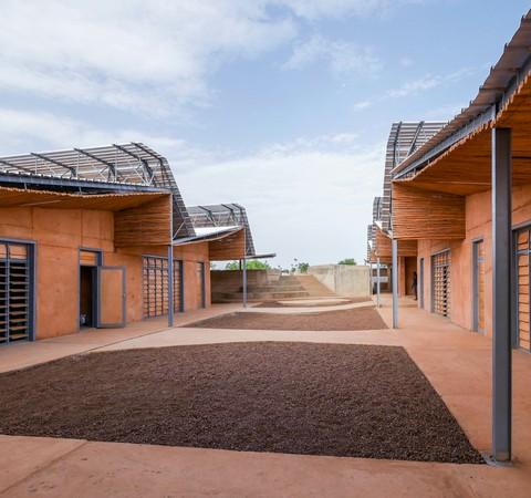 Francis Kéré usa argila e madeira de eucalipto para projetar universidade