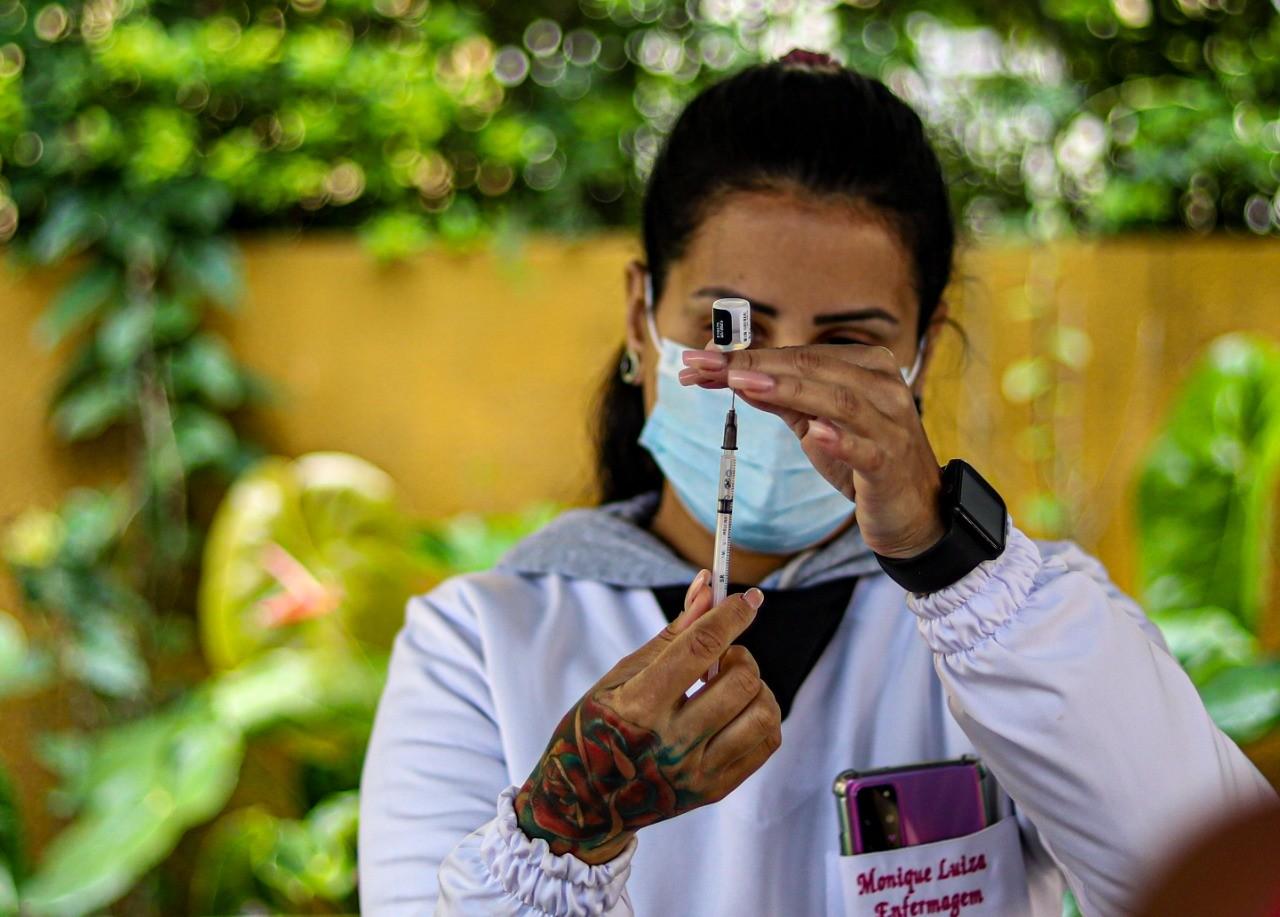 Petrópolis começa aplicar dose de reforço da vacina contra a Covid em idosos a partir de 80 anos