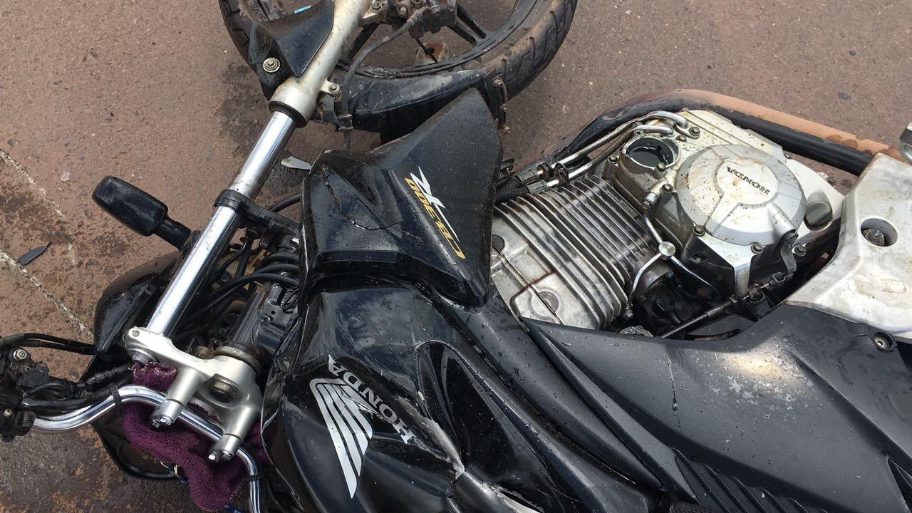 Motociclista sofre fratura exposta após colidir em carro na Duca Serra, no AP