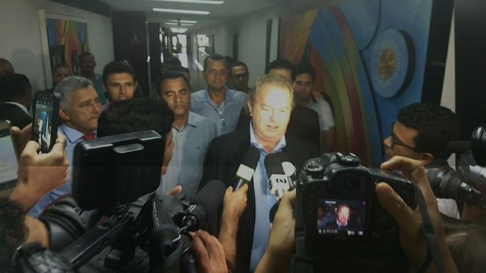 Carlesse fala com imprensa na Assembleia Legislativa do Tocantins (Foto: Patrício Reis/G1)