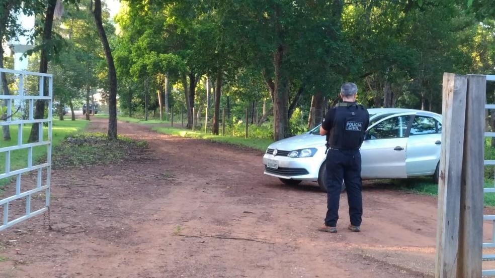 Polícia cumpre mandados de busca e apreensão em chácara de deputado — Foto: Ana Paula Rehbein/TV Anhanguera