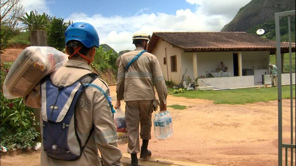ICONHA - 22/01/2020: Bombeiros chegam a casa em comunidade isolada de Iconha — Foto: Rafael Zambe/ TV Gazeta