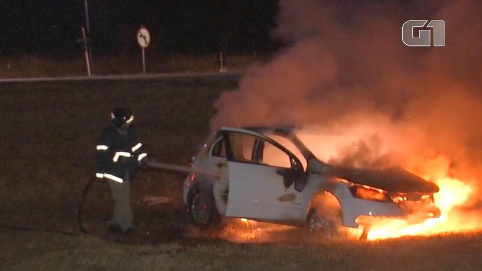 Bombeiros controlam incêndio no carro do motorista de aplicativo  Foto: José Aparecido/TV Morena