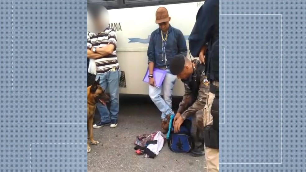 Homem foi preso após ter droga encontrada em sua mochila na Serra — Foto: Reprodução/TV Gazeta