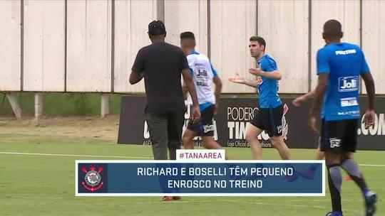 Vídeo: Boselli e Richard se estranham em treino do Corinthians sem Carille