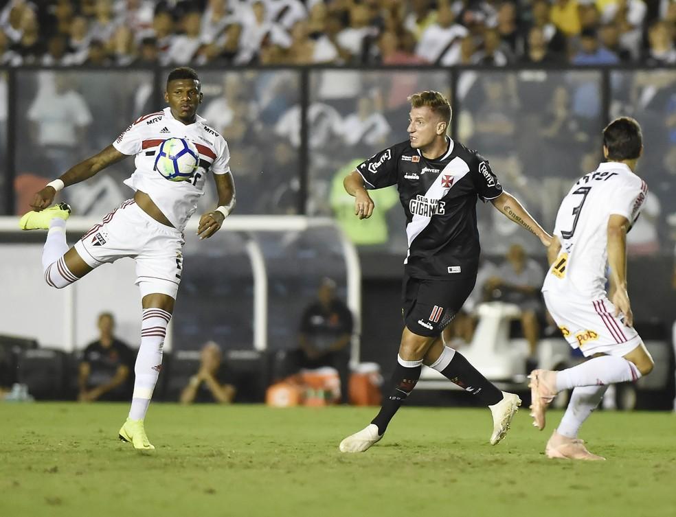 Rodrigo Caio, à direita, observa disputa de Arboleda, também do São Paulo, com Maxi López, do Vasco — Foto: André Durão