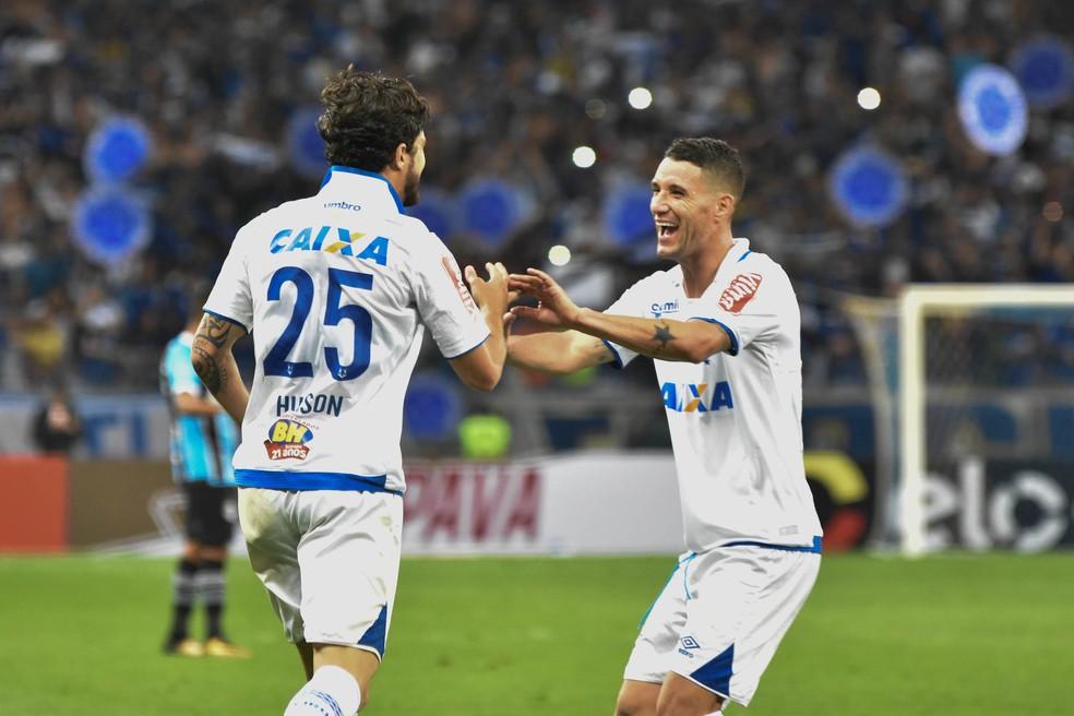 Hudson, autor do gol no tempo normal, comemora com Thiago Neves, que cobrou o pênalti da classificação  (Foto: Agência Estado)