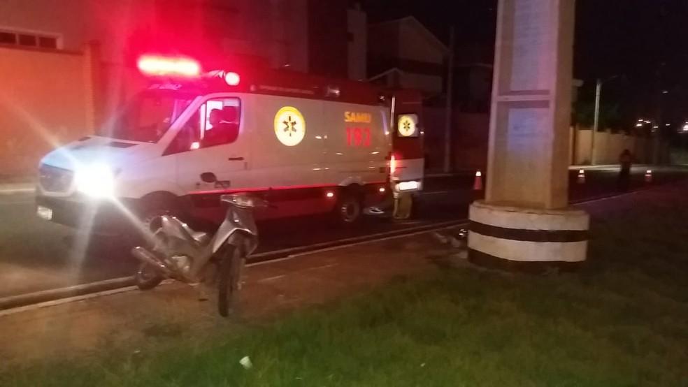 Moto do cantor e a ambulância do Samu no local do acidente, em Cuiabá — Foto: Deletran/Assessoria
