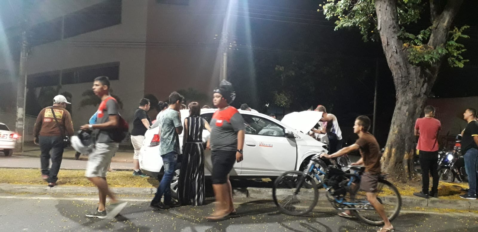 Carro bate em árvore e motorista fica ferido em Ipatinga - Notícias - Plantão Diário