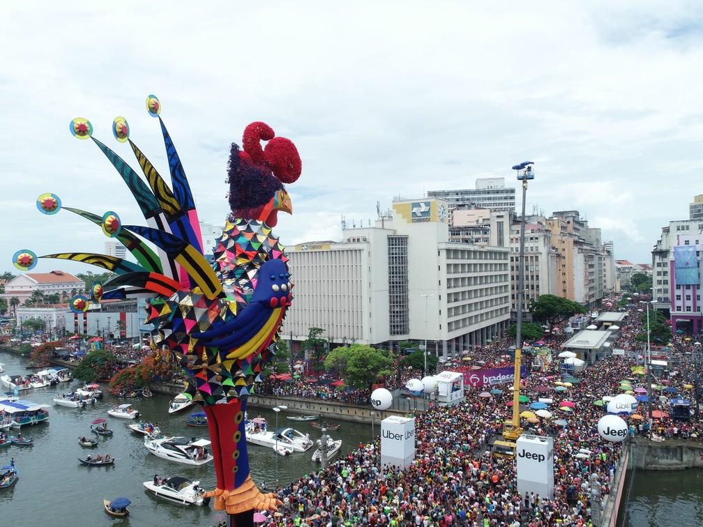 Galo da Madrugada desfila pelas ruas do Centro do Recife no carnaval 2019. — Foto: Rafael Medeiros/G1