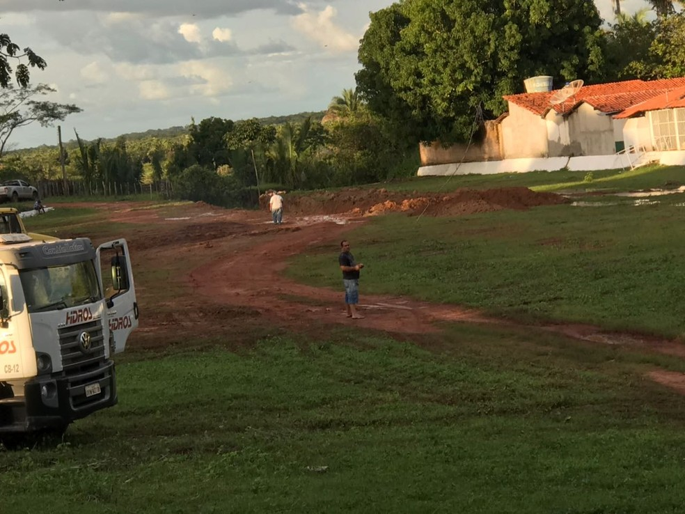 Canais abertos servirão para tentar diminuir em um metro o nível do reservatório (Foto: Aniele Brandão/TV Clube)