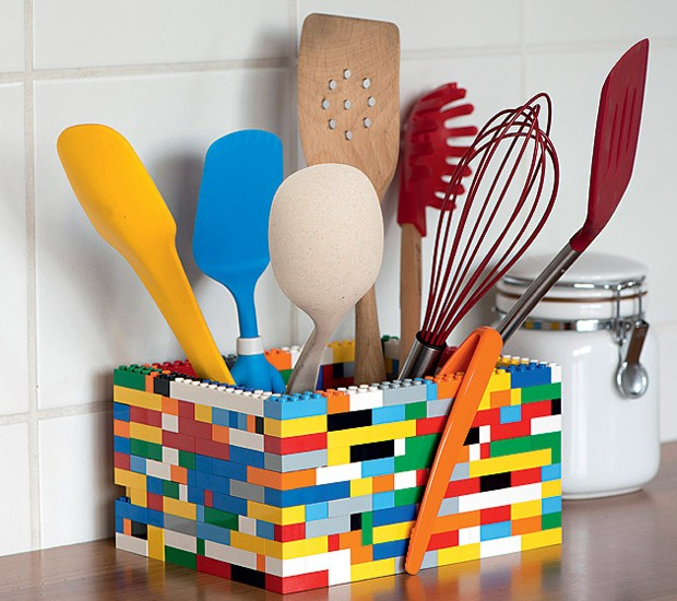 Um pouco maior, um pouco menor, você é quem manda: montar um porta-utensílios com peças de Lego é um jeito divertido de injetar uma dose de cor e humor à cozinha (Foto: Iara Venanzi/Editora Globo)