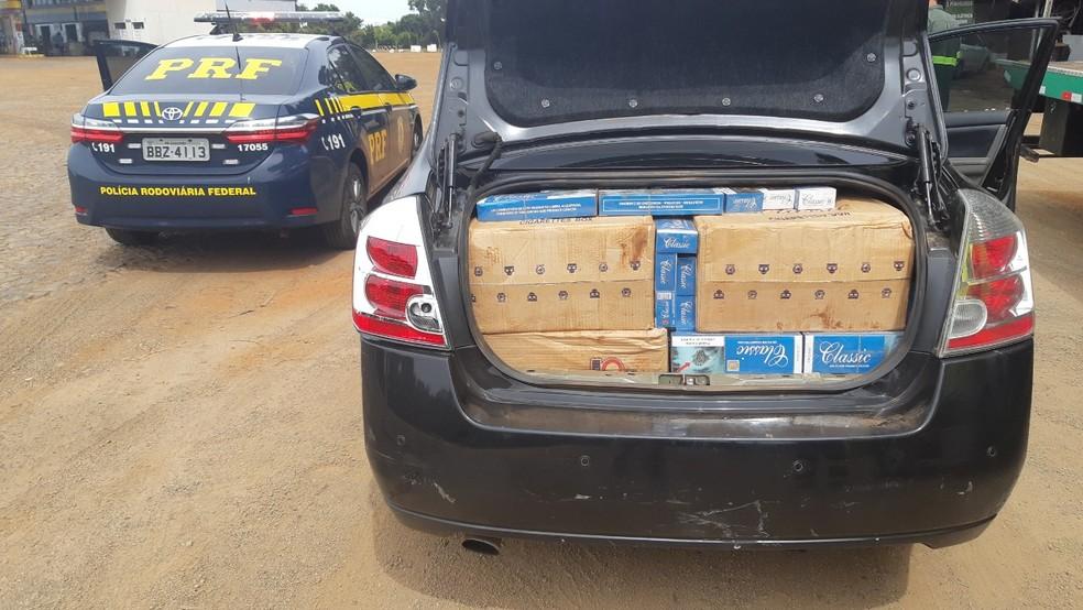 Ao todo, a PRF apreendeu cerca de dez mil carteiras de cigarro contrabandeado do Paraguai — Foto: Divulgação/PRF