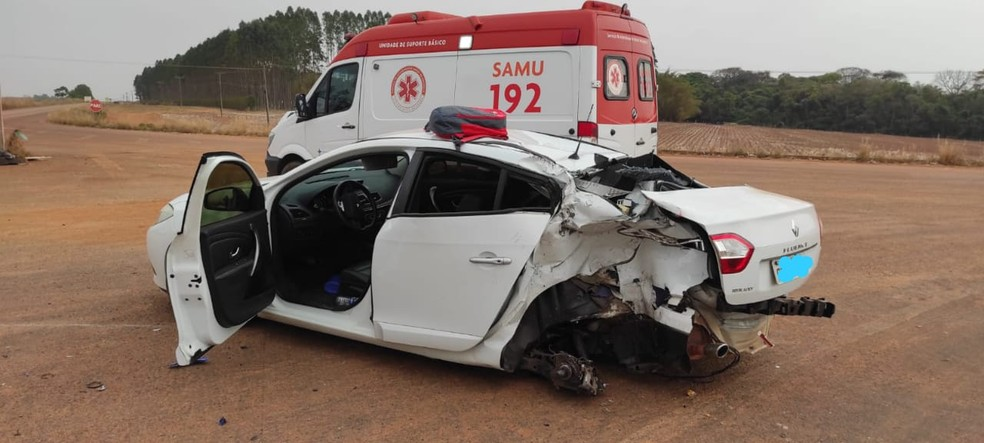 Carro ainda no local do acidente  — Foto: Polícia Civil/Divulgação