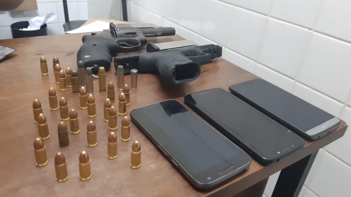 PRF prende casal de jovens na BR-116 em Leopoldina por porte ilegal de arma de fogo e receptação de veículo